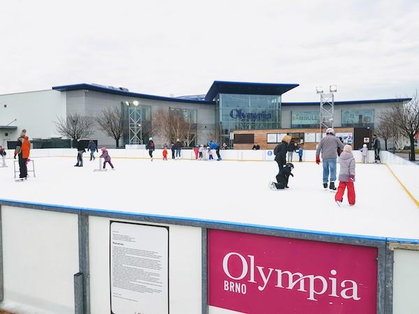 Kluziště před nákupním centrem Olympia Brno