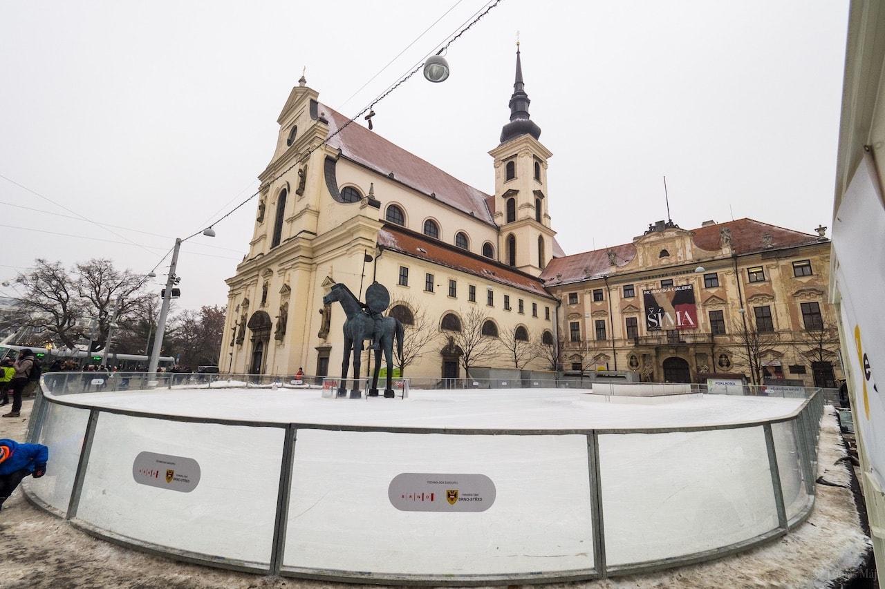 Brno-Bruslak-u-sochy-Josta1
